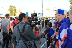 MOSCOU, RÚSSIA - 26 de junho de 2018: as entrevistas de televisão dos fãs franceses após o campeonato do mundo agrupam o jogo de  fotografia de stock