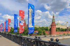 Moscou, Rússia - 3 de junho de 2018: Bandeiras de ondulação com símbolos do campeonato do mundo Rússia 2018 de FIFA na ponte shoy imagens de stock royalty free