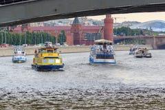 Moscou, Rússia - 19 de junho de 2018: Barcos de prazer que flutuam sob a ponte sobre o rio de Moskva em um fundo do Kremlin de Mo Imagem de Stock Royalty Free