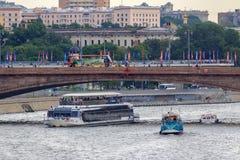 Moscou, Rússia - 19 de junho de 2018: Barcos de prazer que flutuam sob a ponte sobre o rio de Moskva em uma noite nebulosa do ver Imagem de Stock Royalty Free