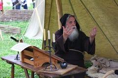 MOSCOU, RÚSSIA - 22 DE JUNHO DE 2013: Escrevente medieval da monge na mesa Imagem de Stock Royalty Free