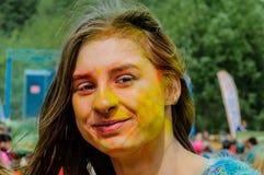 Moscou, Rússia - 3 de junho de 2017: Retrato colorido da menina bonita nova em um festival indiano tradicional colorido Holi Fotografia de Stock Royalty Free