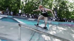 MOSCOU, RÚSSIA - 6 DE JUNHO DE 2015: A tentativa do skater faz o extremo deslizado para trás vídeos de arquivo