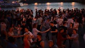 Moscou, Rússia 29 de junho de 2018: Noite de verão quente no parque de Gorky durante FIFA 2018 Os povos dançam perto do rio de Mo filme