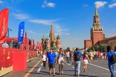 Moscou, Rússia - 28 de junho de 2018: Os turistas que andam perto do futebol estacionam no quadrado vermelho em um fundo da cated fotos de stock royalty free