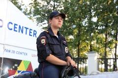 MOSCOU, RÚSSIA - 26 de junho de 2018: A polícia de Moscou no campeonato do mundo agrupa o jogo de C entre França e Dinamarca no e imagens de stock
