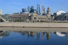 Moscou, Rússia - 16 de junho de 2018: Rio de Moscou, terraplenagem de Berezhkovskaya e estação de trem de Kievsky na manhã foto de stock royalty free