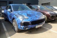 Moscou, Rússia - 9 de maio de 2019: Camuflagem azul Porsche Cayenne estacionado na rua r imagens de stock royalty free