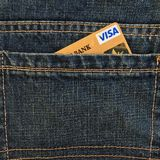 MOSCOU, RÚSSIA - 24 DE MAIO DE 2018: Cartão de crédito do ouro do visto no bolso azul das calças de brim da sarja de Nimes Imagem de Stock
