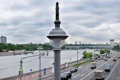 Moscou, Rússia - 13 de maio de 2019: Close-up da lanterna da rua A vista ao rio e às terraplenagens de Moskva da ponte de Krymsky fotos de stock
