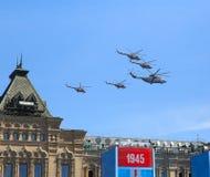 MOSCOU, RÚSSIA - 7 DE MAIO DE 2015: Helicópteros de ataque Fotografia de Stock