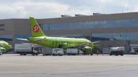 MOSCOU, RÚSSIA 30 de maio de 2017: Lapso de tempo O o avião da linha aérea S7 recebe o serviço no aeroporto de Domodedovo filme