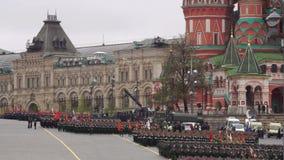 MOSCOU, RÚSSIA - 9 DE MAIO DE 2017: Marcha militar durante uma parada em Victory Day na descida de Vasilevsky filme