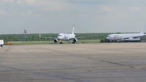 MOSCOU, RÚSSIA 30 de maio de 2017: O movimento de serviços dos aviões e da terra no aeroporto Domodedovo URAL AIRLINES vídeos de arquivo