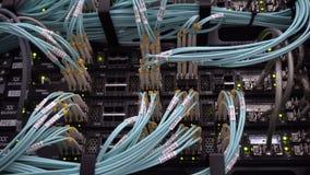 MOSCOU, RÚSSIA - 24 de maio de 2019: Luzes de piscamento do diodo emissor de luz em servidores de dados de trabalho 4K editorial vídeos de arquivo