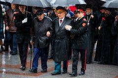 MOSCOU, RÚSSIA - 8 DE MAIO DE 2017: Moscou major SERGEY SOBYANIN e os deputados da DUMA da CIDADE de MOSCOU colocaram uma grinald Imagens de Stock Royalty Free