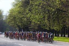 MOSCOU, RÚSSIA - 6 de maio de 2002: Maratona de ciclagem, ao longo das aleias da cidade Capacetes amarelos e brancos imagens de stock
