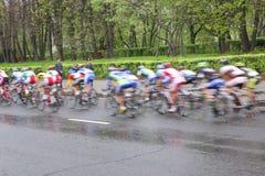 MOSCOU, RÚSSIA - 6 de maio de 2002: Maratona de ciclagem, nas ruas da cidade Ação borrada imagens de stock royalty free