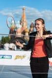 MOSCOU, RÚSSIA - 30 DE MAIO DE 2013: Menina que joga o badminton no quadrado vermelho fotografia de stock