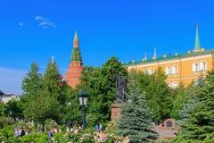 Moscou, Rússia - 27 de maio de 2018: Monumento ao mártir Hermogenes no jardim de Alexandrovsky contra construções do Kremlin de M imagens de stock