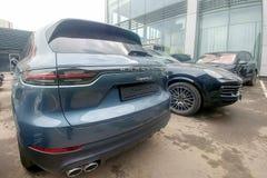Moscou, Rússia - 18 de maio de 2019: Nova geração de Porsche Cayenne na cor cinzento-azul estacionado na rua do thhe Verso, lante fotografia de stock royalty free