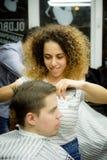 MOSCOU, RÚSSIA - 24 DE MAIO DE 2018: O barbeiro do russo faz um corte de cabelo a Imagens de Stock Royalty Free