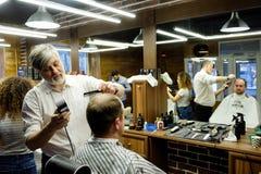 MOSCOU, RÚSSIA - 24 DE MAIO DE 2018: O barbeiro Sergei Urazov do russo faz Fotos de Stock