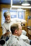 MOSCOU, RÚSSIA - 24 DE MAIO DE 2018: O barbeiro Sergei Urazov do russo faz Imagem de Stock Royalty Free