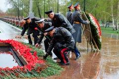 MOSCOU, RÚSSIA - 8 DE MAIO DE 2017: O MINISTÉRIO dos ASSUNTOS INTERNOS da delegação da FEDERAÇÃO RUSSA colocou uma grinalda no tú Fotos de Stock Royalty Free