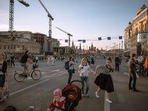 MOSCOU, RÚSSIA - 9 DE MAIO DE 2016: Os povos estão andando ao longo da ponte pequena de Moskvoretsky Fotografia de Stock Royalty Free