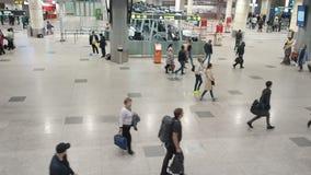Moscou, Rússia - 6 de maio de 2019: Povos no aeroporto internacional de Domodedovo Registro dos passageiros no voo filme