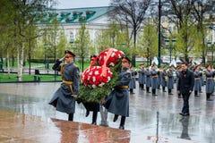 MOSCOU, RÚSSIA - 8 DE MAIO DE 2017: Regulador da região ANDREY VOROBIEV e deputados de Moscou do GOVERNO da REGIÃO l de MOSCOU Imagem de Stock