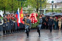 MOSCOU, RÚSSIA - 8 DE MAIO DE 2017: Regulador da região ANDREY VOROBIEV e deputados de Moscou do GOVERNO da REGIÃO l de MOSCOU Imagem de Stock Royalty Free