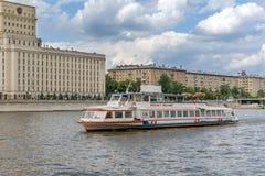 Moscou, Rússia - 26 de maio de 2019: Rio e barcos de Moscou Viagens do barco da excurs?o do rio foto de stock royalty free