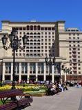 Moscou, Rússia - 12 de maio 2018 Vista do quadrado de Manege ao hotel quatro estações Imagem de Stock Royalty Free
