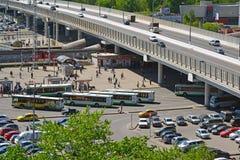 Moscou, Rússia - 13 de maio 2016 Vista superior no stationin Zelenograd da passagem superior Kryukovskaya, da estação de ônibus e Foto de Stock