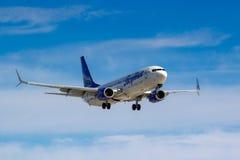 Moscou, Rússia - 14 de março de 2019: Aviões Boeing 737-800 VQ-BIZ das linhas aéreas de Yakutia que vão à aterrissagem no aeropor imagens de stock