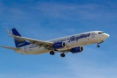 Moscou, Rússia - 14 de março de 2019: Aviões Boeing 737-800 VQ-BIZ das linhas aéreas de Yakutia que vão à aterrissagem no aeropor imagens de stock royalty free