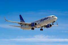 Moscou, Rússia - 14 de março de 2019: Aviões Boeing 737-800 VQ-BIZ das linhas aéreas de Yakutia que vão à aterrissagem no aeropor foto de stock