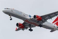 Moscou, Rússia - 17 de março de 2019: Aviões Boeing 757-204WL VP-BOO da linha aérea real do voo que vai à aterrissagem em Domoded fotos de stock