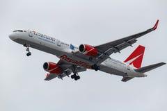 Moscou, Rússia - 17 de março de 2019: Aviões Boeing 757-204WL VP-BOO da linha aérea real do voo que vai à aterrissagem em Domoded imagem de stock royalty free