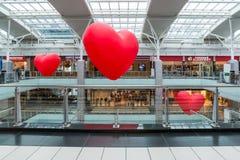 Moscou, Rússia - 5 de março 2017 Balões na forma do coração no complexo de compra Capitoliy Fotografia de Stock