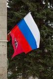 MOSCOU, RÚSSIA - 22 DE MARÇO DE 2018: A bandeira nacional da Federação Russa e a bandeira da cidade de Moscou Imagens de Stock