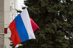 MOSCOU, RÚSSIA - 22 DE MARÇO DE 2018: A bandeira nacional da Federação Russa e a bandeira da cidade de Moscou Fotografia de Stock