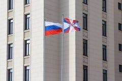 Moscou, Rússia - 25 de março de 2018: Bandeiras de ondulação em mastros de bandeira no território do ministério de defesa da Fede Imagem de Stock Royalty Free