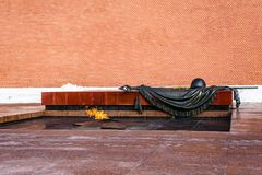 Moscou, Rússia 19 de março de 2018: A chama eterno no túmulo do soldado desconhecido O Kremlin, Alexander Garden Fotos de Stock Royalty Free