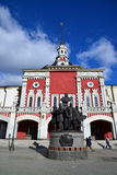 Moscou, Rússia - 14 de março de 2016 Monumento aos fundadores da estrada de ferro do russo no fundo da estação de Kazansky Fotos de Stock Royalty Free
