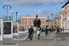 Moscou, Rússia - 14 de março de 2016 Monumento aos fundadores da estrada de ferro do russo no fundo da estação de Kazansky Fotos de Stock