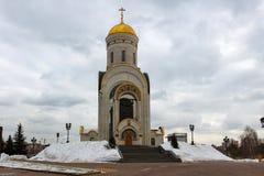 Moscou, Rússia - 22 de março de 2018: Igreja coberto de neve do grande mártir George do St o vitorioso no monte de Poklonnaya Fotos de Stock