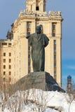 Moscou, Rússia - 25 de março de 2018: Monumento ao escritor Taras Shevchenko no fundo do hotel real de Radisson em Moscou Foto de Stock Royalty Free
